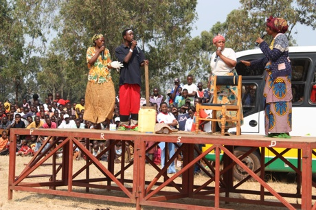 Urunana actors perform their first skit, to the delight of hundreds of Nyabitare citizens.